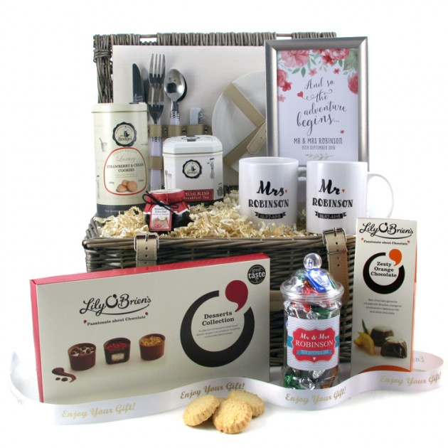 Wedding Gift Hampers Uk: Mr And Mrs Wedding Picnic Hamper With Keepsake Gifts